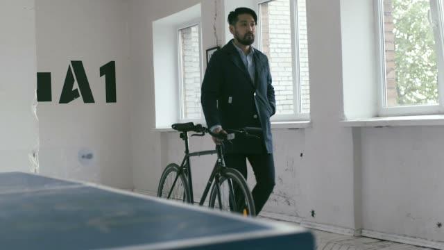 Japanische Grafik-Designer arbeiten mit Fahrrad