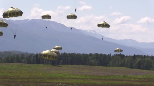 japanese ground self-defense force members and 4th infantry brigade combat team , 25th infantry division, u.s. army alaska soldiers, and 3d air... - 自衛点の映像素材/bロール
