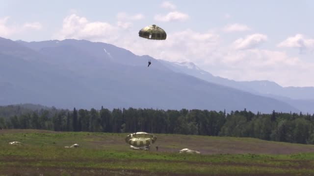 japanese ground self-defense force members and 4th infantry brigade combat team , 25th infantry division, u.s. army alaska soldiers, and 3d air... - 戦隊点の映像素材/bロール