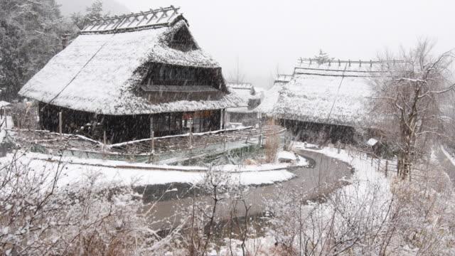 vídeos y material grabado en eventos de stock de casa japonesa en invierno - techo de paja