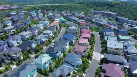 vídeos y material grabado en eventos de stock de japanese houses lined with hills - zona residencial