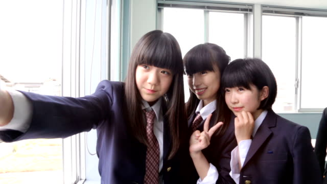 Japanse Junior High School studenten nemen selfie fotografie