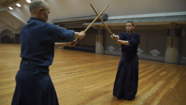 vídeos de stock e filmes b-roll de japanese kendo masters in training class - samurai