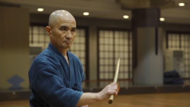 vidéos et rushes de japanese kendo masters in training class - arts martiaux