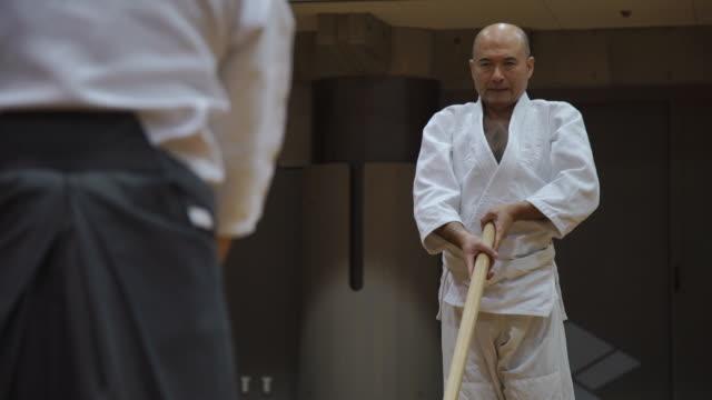 japanese kendo masters in training class - 練習点の映像素材/bロール