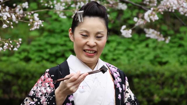 japanische kimono frau essen sushi - ostasiatischer abstammung stock-videos und b-roll-filmmaterial