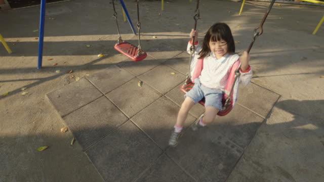 japanese little girl on swing set - ブランコ点の映像素材/bロール