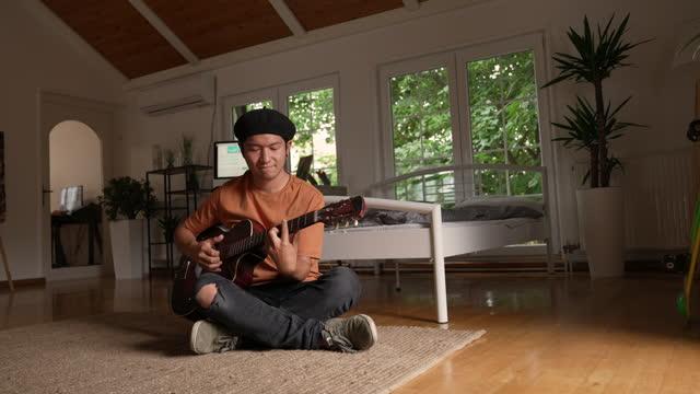 vidéos et rushes de japonais jouant de la guitare acoustique - rock moderne