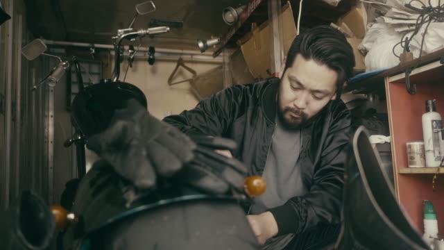 日本人男性がガレージで自転車を修理 - hobbies点の映像素材/bロール