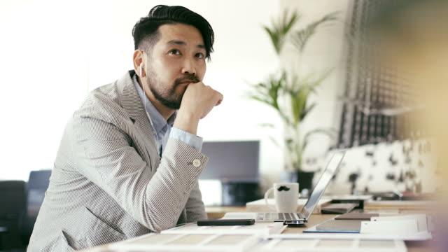 日本人男性 (スローモーション) のポッド キャストに耳を傾ける
