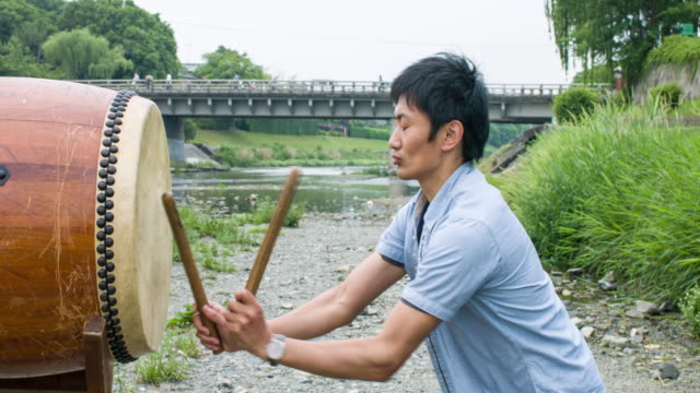 日本人男性演奏太鼓 - 太鼓点の映像素材/bロール