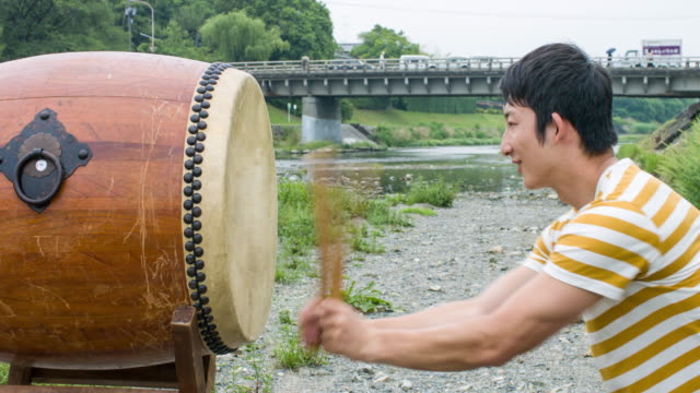 vídeos de stock e filmes b-roll de japanese man playing taiko drum - cultura japonesa