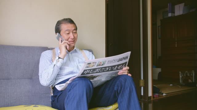 日本人の読書新聞 - one senior man only点の映像素材/bロール