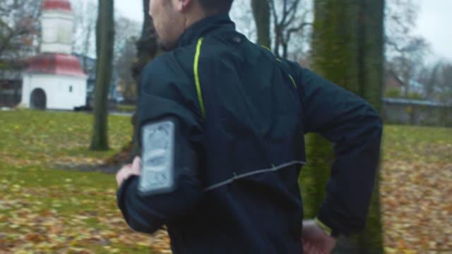 japanischer mann läuft im park (zeitlupe) - messen stock-videos und b-roll-filmmaterial