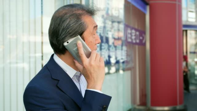 電話を使用して日本の男 - 出張点の映像素材/bロール