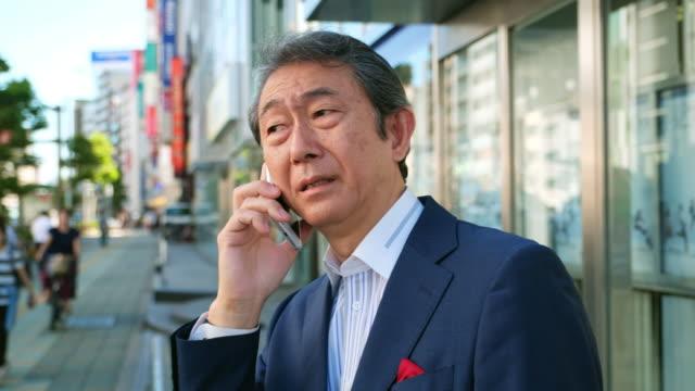 電話を使用して日本の男 - 忙しい点の映像素材/bロール