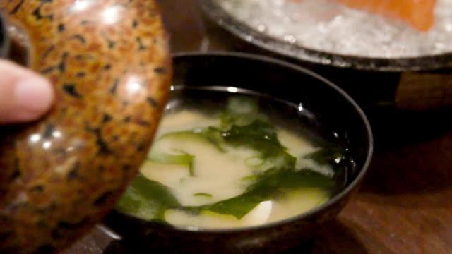 vidéos et rushes de soupe japonaise de miso. - bol à soupe