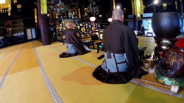 日本の僧侶が仏教寺院で読経を祈り、 - 詠唱点の映像素材/bロール