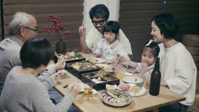 大晦日にオセチリョリを食べる日本の多世代家族 - 夕食点の映像素材/bロール