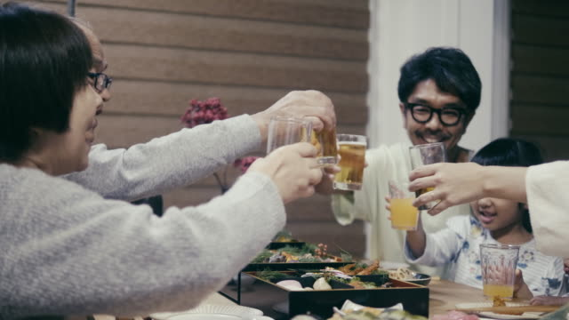 vídeos de stock e filmes b-roll de japanese multig-generation family giving a celebration toast on new year's eve - beer alcohol