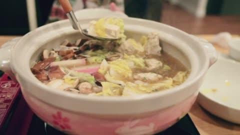 vídeos y material grabado en eventos de stock de cena de hot pot de nabe japonés - mesa de comedor