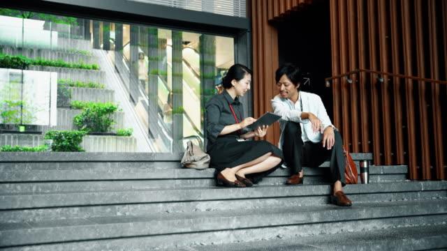 階段に座っている日本人サラリーマン - istockalypse点の映像素材/bロール