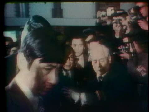 japanese officials escort future japanese prime minister takeo miki through a crowd. - (war or terrorism or election or government or illness or news event or speech or politics or politician or conflict or military or extreme weather or business or economy) and not usa点の映像素材/bロール
