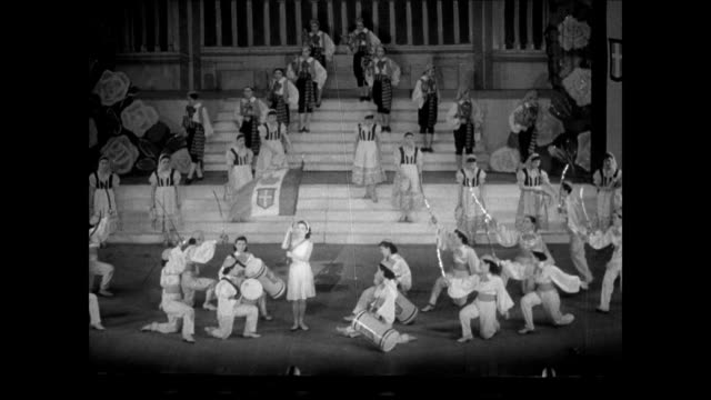 vidéos et rushes de japanese opera house music hall. int play actors dancers. japanese audience. vs stage dancers twirling parasols w/ nazi swastikas and italy... - acteur