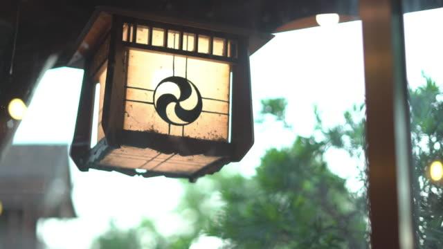 japanische papierlaternen hängen im japanischen restaurant - kunsthandwerkliches erzeugnis stock-videos und b-roll-filmmaterial