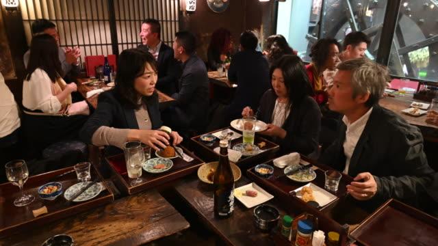 日本人は居酒屋で夜を楽しむ - 居酒屋点の映像素材/bロール