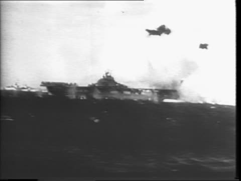 japanese plane into water / splash into water / explosion in water / japanese plane crashing into ship / firing guns at japanese plane / firing gun /... - selbstmord stock-videos und b-roll-filmmaterial