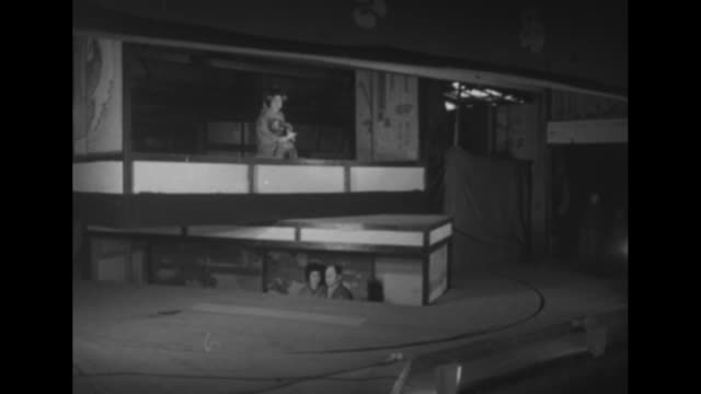ws japanese play performed on stage with revolving floor / audience members watch / vs one scene lowers underneath floor as another lowers from above... - speichen stock-videos und b-roll-filmmaterial