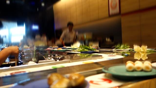 Japanisches Restaurant: Shabu am Fließband Rollen