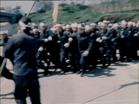 vídeos y material grabado en eventos de stock de japanese riot police practice controlling crowd during drill tokyo 1968 - artículo de emergencia