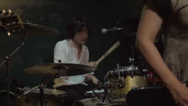japanese rock band performing on stage. - ドラム容器点の映像素材/bロール
