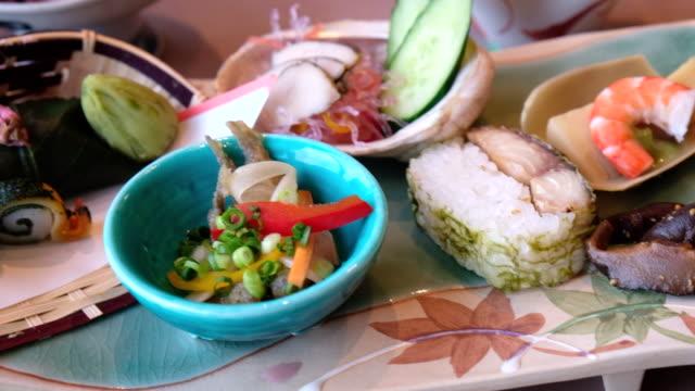 vídeos y material grabado en eventos de stock de sashimi japon en complejo de lujo, tokio, japón - aperitivo plato de comida