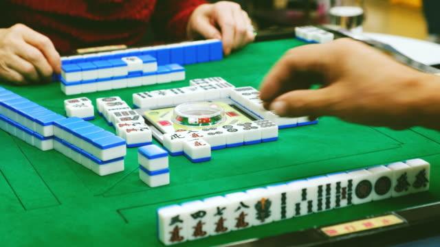 日本高齢者麻雀をプレイ - 余暇 ゲームナイト点の映像素材/bロール