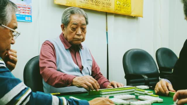 日本高齢者麻雀をプレイ - 地域社会点の映像素材/bロール