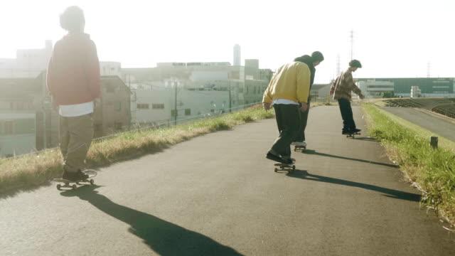 vídeos de stock e filmes b-roll de japanese skateboarders skating in the sunset (slow motion) - meninos adolescentes