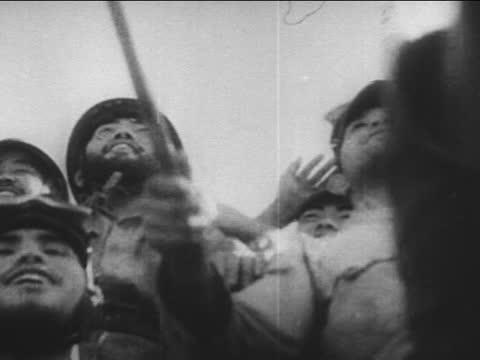 japanese soldiers banzai salute - 日本の軍事力点の映像素材/bロール