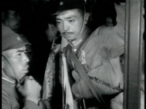 vidéos et rushes de japanese soldiers boarding train w/ gear ws japanese warship in harbor vs naval officers on deck talking la ms soldier standing w/ bayonet ws... - baïonnette