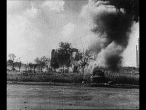 vidéos et rushes de japanese soldiers stand behind machine gun fire toward hill / smoke from explosion in front of hill / black smoke and debris exude from explosion /... - baïonnette