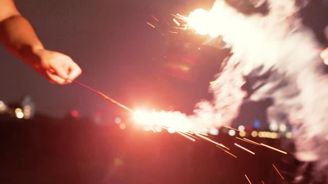 日本のスパークラー - クローズアップ - 4k - 玩具花火点の映像素材/bロール