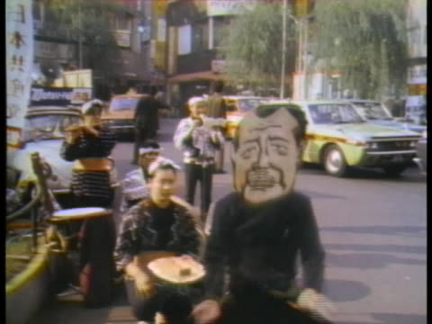 japanese street mime depicts caricatures of us president richard nixon and japanese prime minister kakuei tanaka during election campaigns. - (war or terrorism or election or government or illness or news event or speech or politics or politician or conflict or military or extreme weather or business or economy) and not usa点の映像素材/bロール