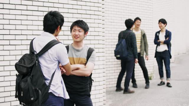 ms 日本学生の外で休憩 - istockalypse点の映像素材/bロール