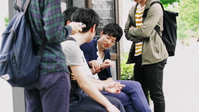 ms 日本学生バスを待っています。 - istockalypse点の映像素材/bロール