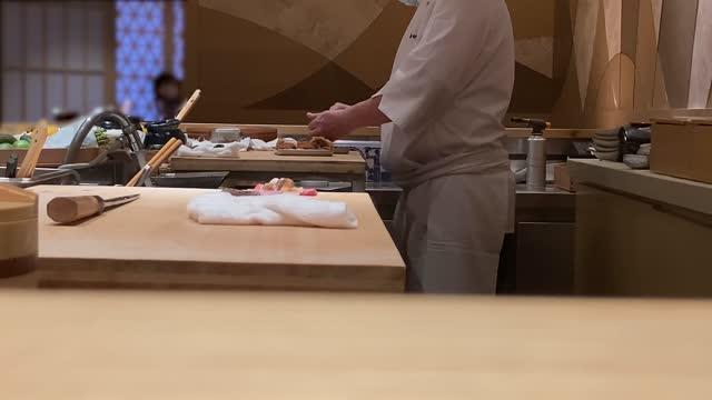 stockvideo's en b-roll-footage met japanse sushi master chef-kok die sashimi scherp mes voorbereidt - japanse gerechten