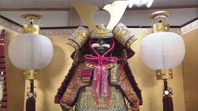 vidéos et rushes de cu tu japanese traditional doll, kyoto, japan - habillement
