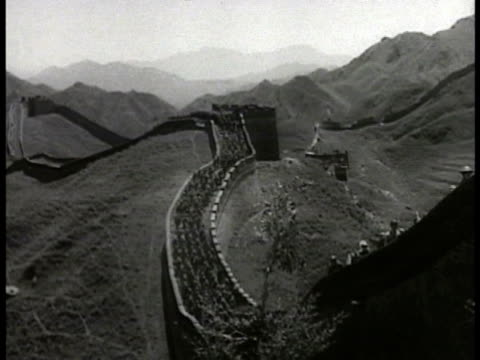 japanese troops walking top of great wall of china - 1935 stock-videos und b-roll-filmmaterial