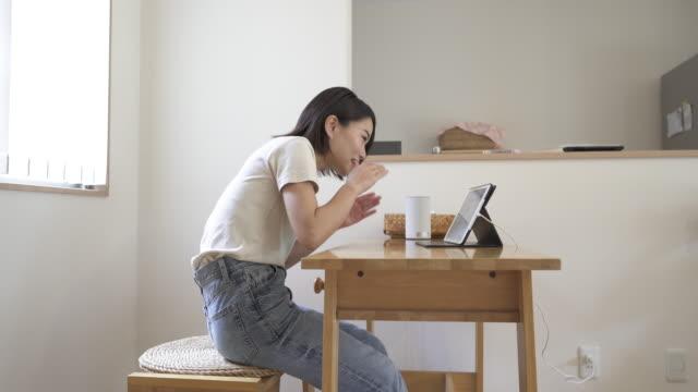 vídeos y material grabado en eventos de stock de japanese wife and husband are connected via video call using a digital tablet. - encuadre de tres cuartos